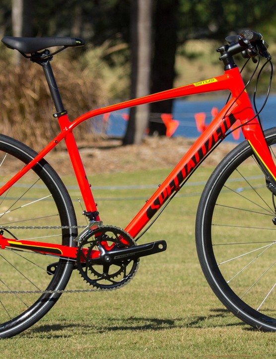 This fiery number is the Specialized Sirrus Elite Disc (US$TBC / AU$1,299 / £TBC), also available in a satin sterling/black paint