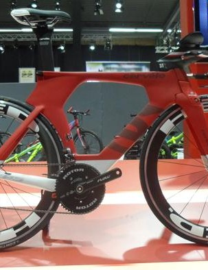 Cervelo's flagship TT machine, the P5 Six, gets a new stylish matt finish. Cervelo has upgraded the wheelset to HED's classy Jet 6 clinchers. The drivetrain remains Shimano Dura-Ace Di2 and stopping is handled by Magura's hydraulic RT8 rim brakes. The P5 Six Di2 is priced at £7,699, with the mechanical DA version at £6,299