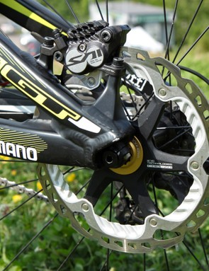 Big 203mm-diameter Shimano finned Ice Tech rotors are used front and rear
