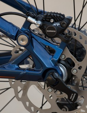 A Shimano/Fox style 142x12mm rear thru-axle means the removal/installation of the rear wheel is kept simple
