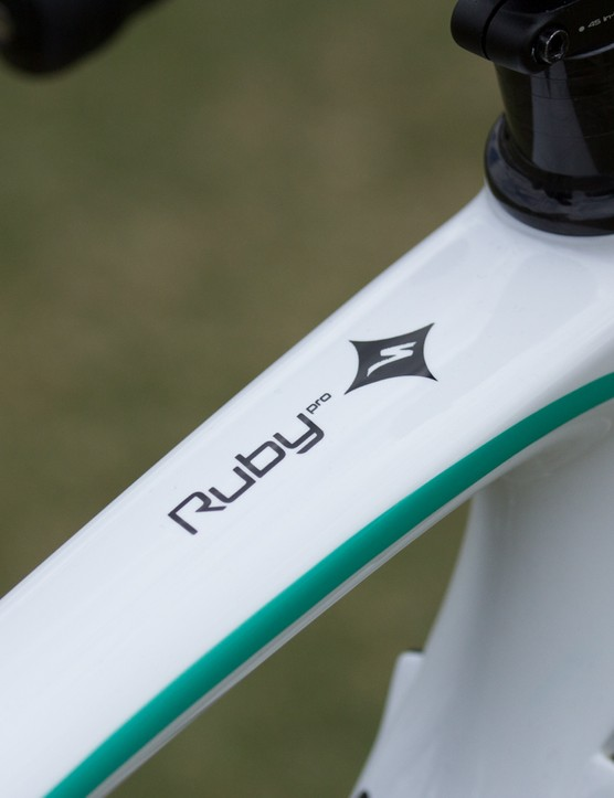 The Ruby Pro features a FACT 9R carbon frame with a women's specific 'endurance' carbon layup and Zertz inserts for riding comfort and control