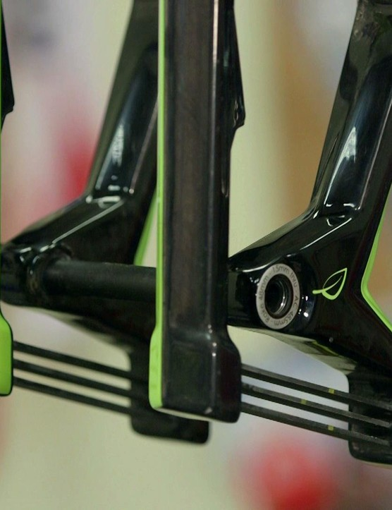The forks feature a 15mm thru-axle and standard 160mm post-mount bolts
