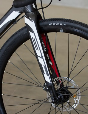 With a large 1.5in tapered steerer tube, this fork should offer confident tracking, despite its lack of thru-axle