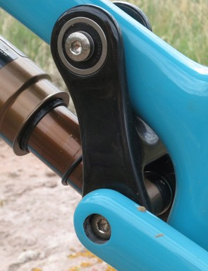The single-pivot suspension is driven with a carbon link