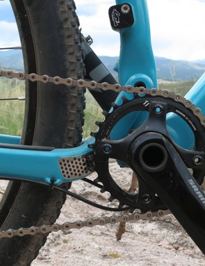The main pivot is positioned slightly above the 32-tooth chainring