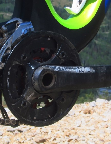 While the top-end Genius LT 910 comes with a SRAM XX1 1x11 drivetrain, we appreciated the wide gearing range of the 710's 2x10 setup. The rudimentary chain silencer mounted beneath the chainstay was wholly ineffective, however. It failed within minutes of our first run