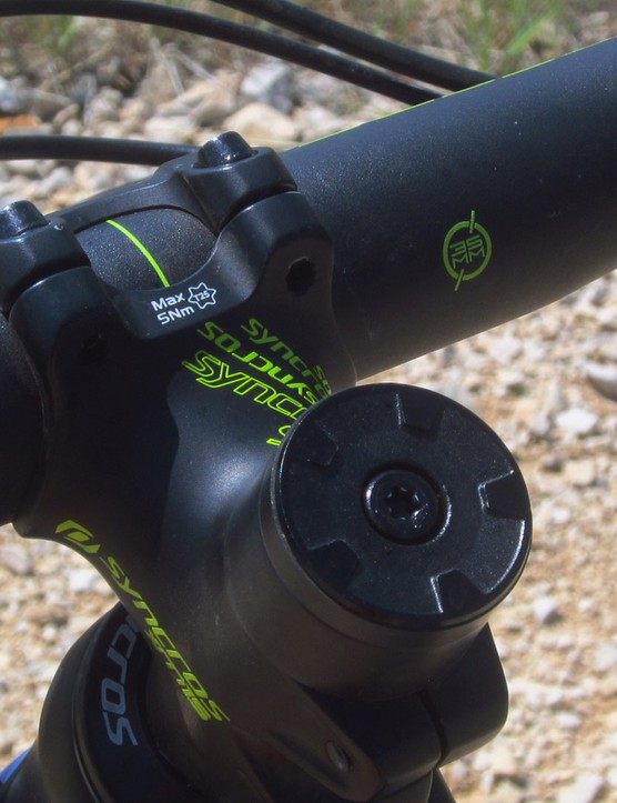 The stubby Syncros stem and stiff aluminum bar are built around the increasingly popular 35mm-diameter clamp size