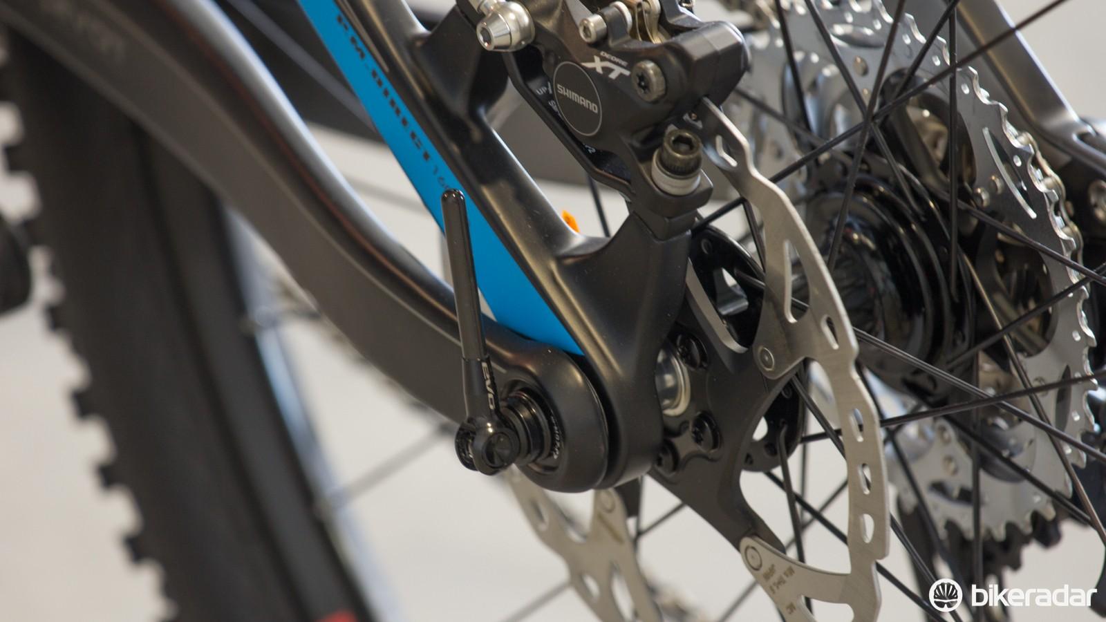 A 142 x 12mm rear thru-axle sits between the Split Pivot dropout