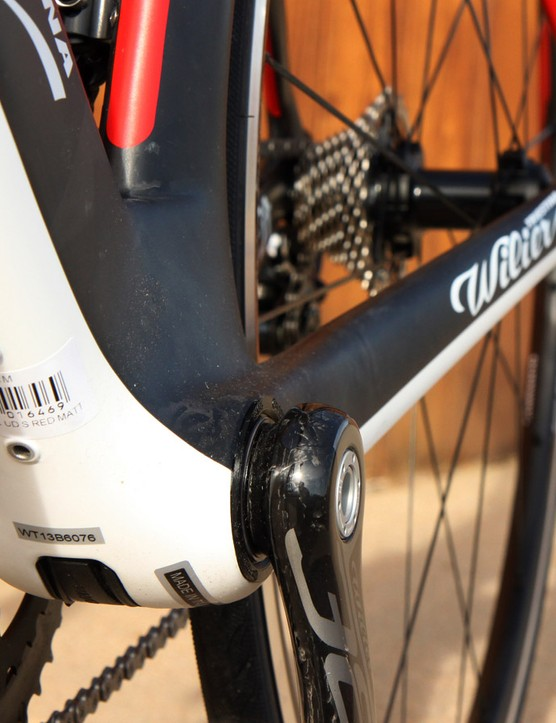 While the Cento1SR's down tube makes full use of the extra-wide BB386EVO bottom bracket shell, the Cento1AIR's down tube is notably more slender