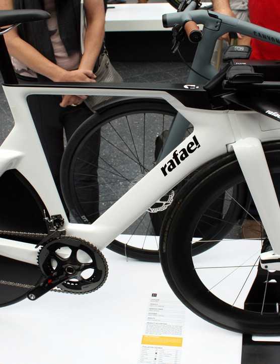 The Rafael R-023 TT bike features uses a single-sided fork and chain/seat stays, has an integrated water bottle and uses a drum brake at the front for all-weather, aerodynamic braking