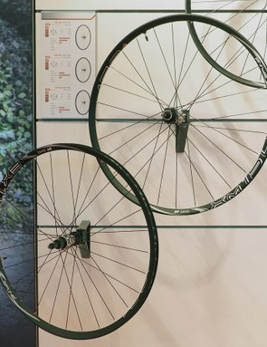 The new DT Swiss XM 1501 wheels get a 22.5mm-wide (internal measurement) tubeless-compatible rim, straight-pull spokes, and a front option to fit the new RockShox RS-1 fork. Claimed weights range from 1,535-1,670g depending on size