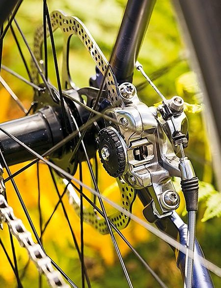 The Pinnacle features mechanical disc brakes from Avid