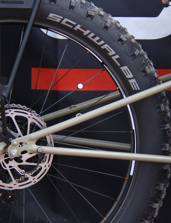 A new, wider yoke was fabricated to clear the 4.8in Schwalbe tire