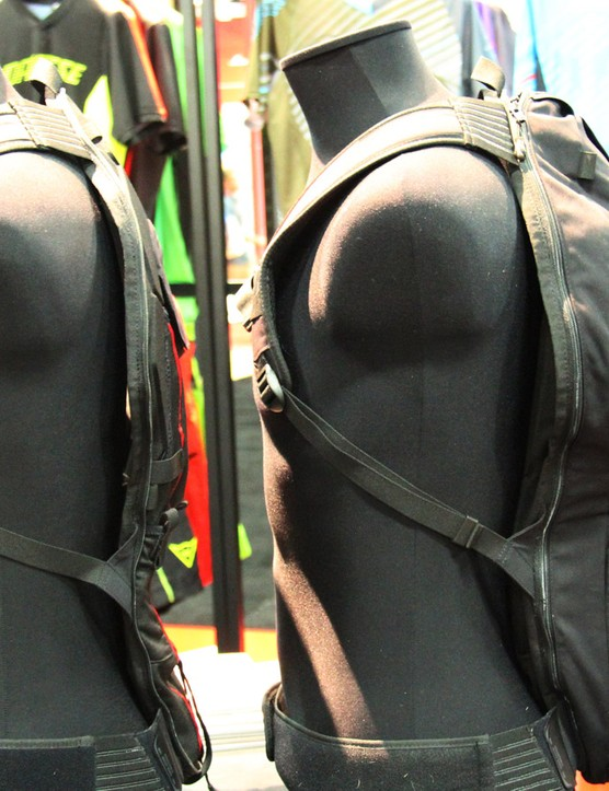 The Dainese Pro Pack can store a CE2-certified spine protector, a water bladder along with the bare necessities in its slimmest configuration. The zip-off portion contains an additional 12 litres of storage capacity for longer rides
