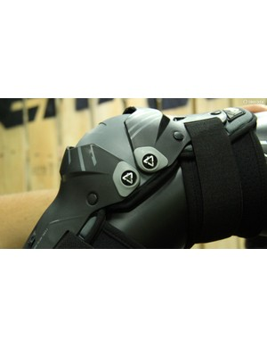 They are articulated at either end of the kneecap for excellent mobility