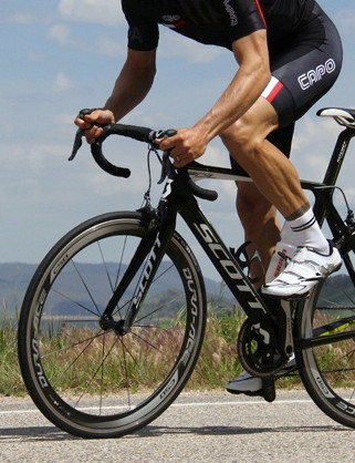 The Scott Foil Team Issue with Shimano Dura-Ace 9070 Di2 and C50 clinchers is an excellent race machine