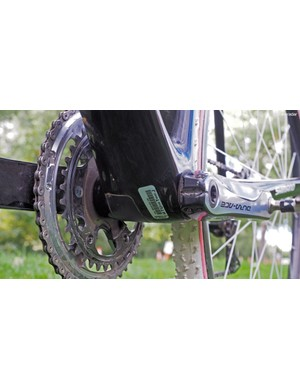 Since there are no mechanical derailleur cables used, the bottom bracket guide is replaced by a blank plate