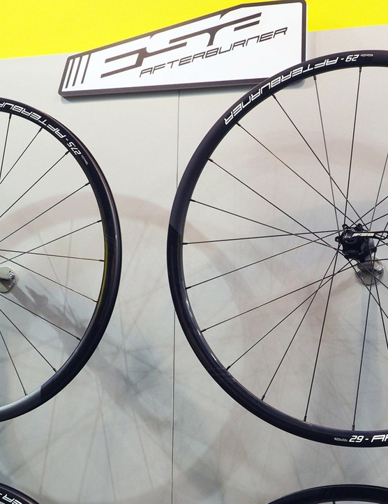 FSA will offer a second-tier carbon model in the SL-K, which will use the same rims and hubs as the K-Force Light but with different spokes. Perhaps even more interesting is the Afterburner model shown here, which features the same design and rim dimensions as the K-Force Light and SL-K but in a much more wallet-friendly aluminum construction. Claimed weight for the 27.5in version is 1,590g and retail price is Û515