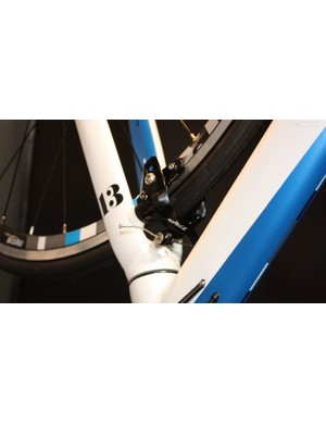 But even this £500 entry-level racer comes with behind the fork and under the bottom bracket brakes – an exceptional touch at this price
