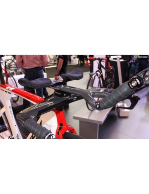 The 2015 model features this cool new aerobar set-up with a centrally stacked pillar keeping things as clean as possible