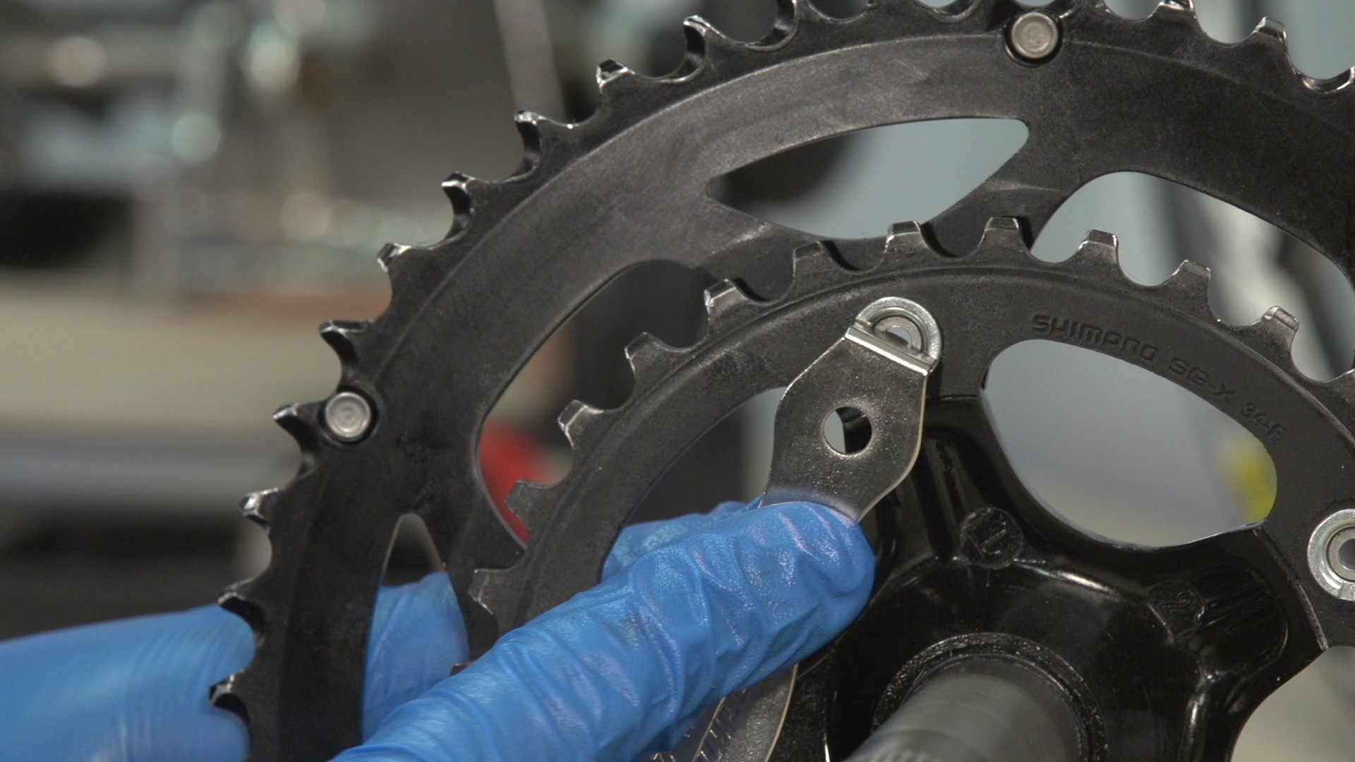 A nut wrench tool avoids the nuts slipping when screwing or unscrewing the chainring bolts
