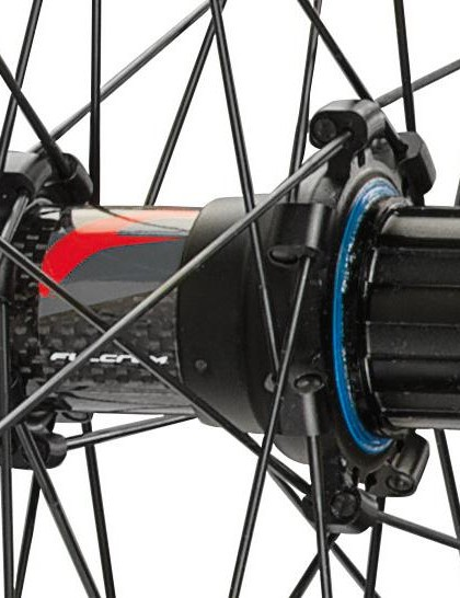 The new carbon fibre hub is compatible with all standards  thanks to a selection of adaptors