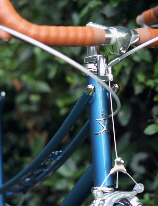 The traditional top tube is replaced with two long and thin tubes that stretch from the head tube all the way to the rear axle