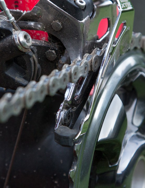 A close look inside the front derailleur show some noise silencing skid plates