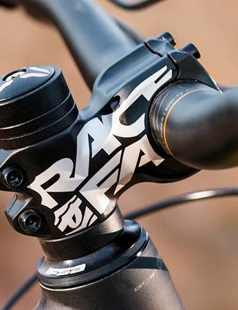 A 50mm Race Face Chester stem clamps the 780mm V2 Pro bars