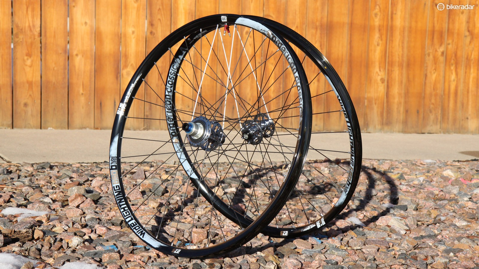 The American Classic Wide Lightning 27.5 Tubeless wheelset offers an enticing blend of generously proportioned 29.3mm internal rim widths and a sub-1,500g actual weight for the pair - all with aluminum rims