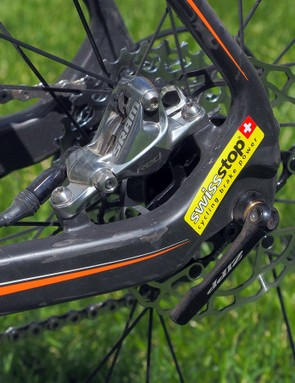 Standard SRAM Red 22 hydraulic brake calipers are used at both ends, but the stock pads and rotors are traded out