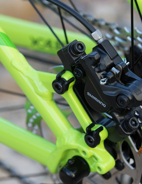 The basic Shimano hydraulic disc brakes are reliable and solid stoppers, but lack the same bite as more expensive models. This lack of bite will likely favour newer riders with easier control from locking the wheels