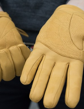 A Pittards' palm on the Women's Leather Town Gloves provides extra cushioning on the handlebars
