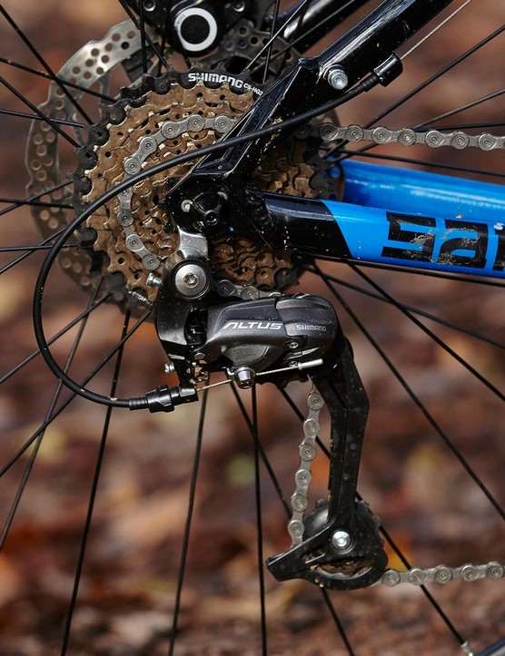 There's a good component blend for the price, including a full Shimano Altus groupset