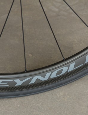 41mm Reynolds Assault carbon clinchers add to the Ci2's aerodynamic profile and behave well in crosswinds