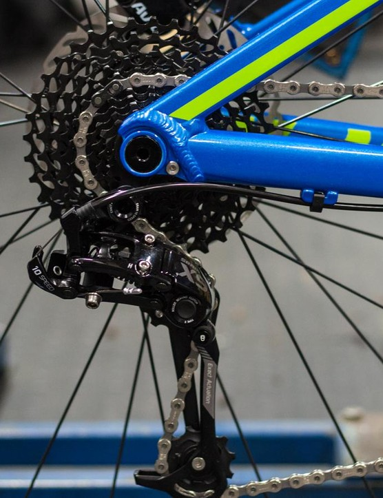 The Vantage gets the same 142mm DT Swiss thru-axle rear end as Mondraker's Foxy and Dune full sussers