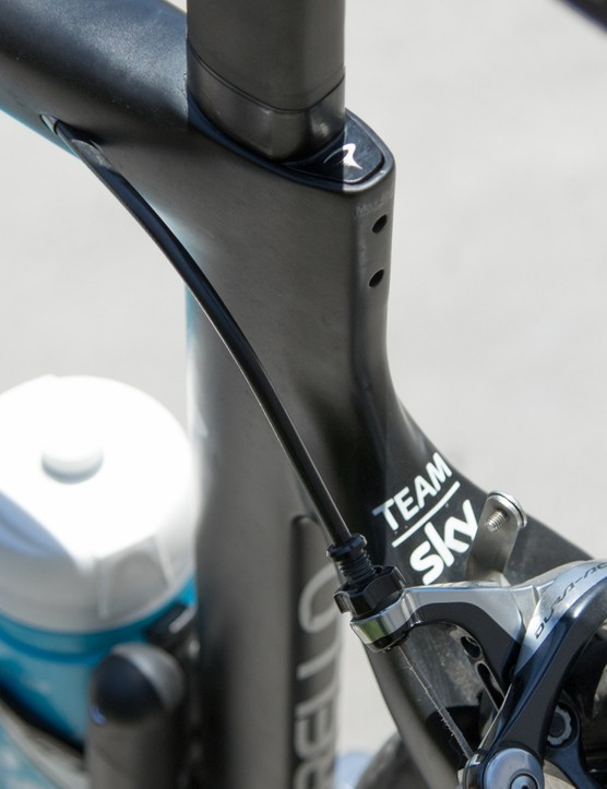 Further aero features include the integrated seat clamp and internal cable routing. Interestingly, the F8 sticks with convential brakes and positions, unlike the chainstay mount direct-mount brakes as seen from some other aero designs