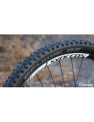 The Schwalbe 2.25in Rocket Ron tyres are a decent choice for a variety of softer terrain, however, tubeless-ready wheels would be a massive bonus