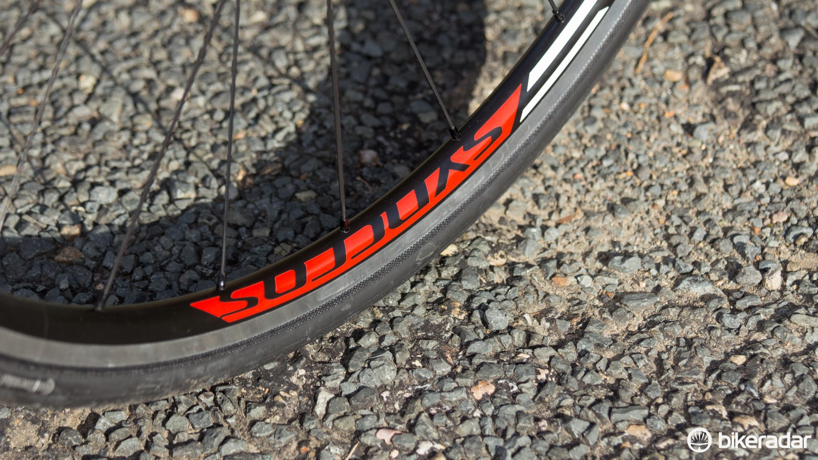 With an 18mm internal rim width, the Syncros-branded wheels help to take the sting from poor road surfaces