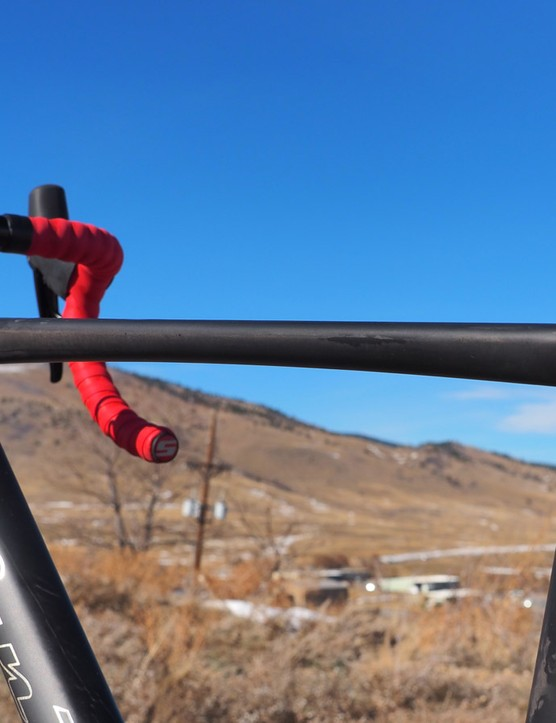 The top tube is just moderately sloping, leaving plenty of room for shouldering