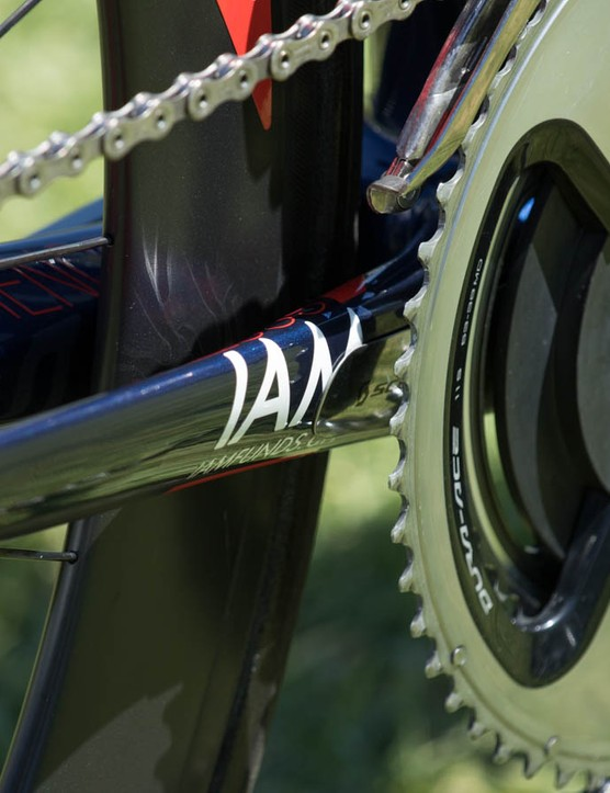 A metal Syncros-branded chainstay protector hides behind the SRM