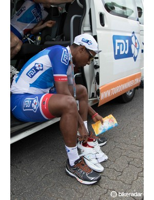 New recruit to the team, Lorenzo Manzin of FDJ.fr is still using an older pair of Shimano R320s