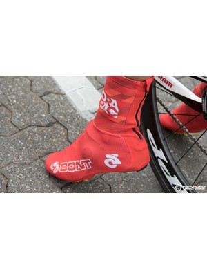 Another Drapac rider in shoe covers. Hiding another brand of shoe perhaps?