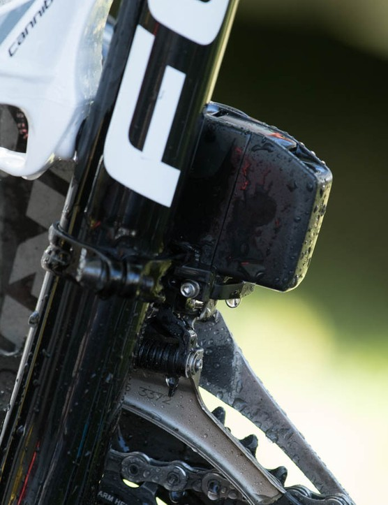 If the protrusions on the front and rear derailleurs look similar, that's because they're batteries that are fully interchangeable, according to our sources