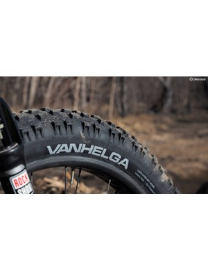 The 45NRTH Vanhelga features an impressive amount of high-tech features for a fat bike tyre, including dual compound rubber, siped knobs, a tubeless ready design, and a supple 120tpi casing