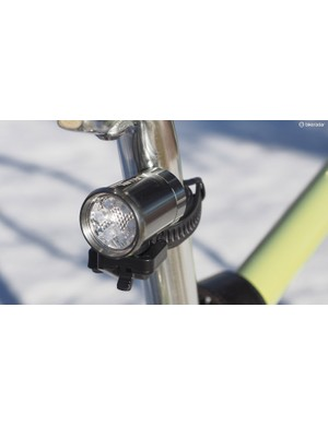 While the front light features a rechargeable Li-ion battery, the rear Allen Sports ASL5XR light relies on conventional coin cell batteries