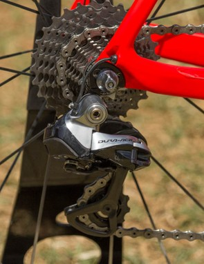 The rear derailleur cabling exists at the very rear of the dropout. Di2 wiring does not get cleaner than this