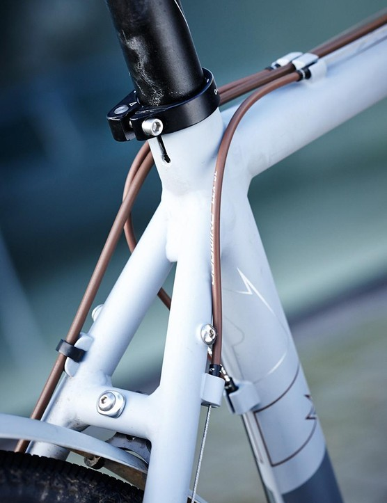Cables complement the colour of the saddle and bar tape