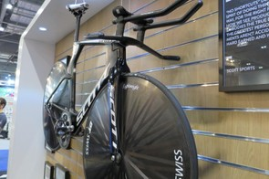 The front end was re-engineered to keep it within UCI rules and smooth over the triathlon accessory mounts