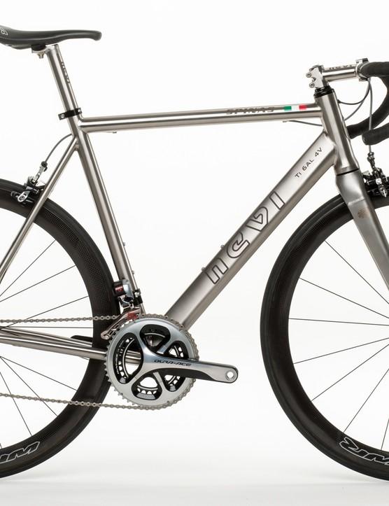 Nevi's Spinas features a rare titanium fork